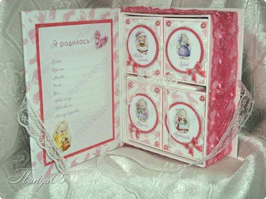 """Здравствуйте!  Представляю вам мою следующую работу - набор коробочек """"Мамины сокровища"""" для маленькой принцессы Виктории. Сделана она на заказ, но бумагу и отделку я выбрала сама, единственным пожеланием заказчицы был бело-розовый цвет. Основная коробка -  готовая, в виде книги, размер 17 на 13 на 5,5 см. На всё ушел ровно один лист скрапбумаги 30,5 на 30,5 см, обрезки остались ооочень маленькие, я из них цветочков мелких надыроколила. Бумага от Скрапмир коллекция """"Наша малышка"""" - """"Отпечатки"""". Названия коробочек - распечатка на матовой фотобумаге.  Как и всегда - у меня всё просто. фото 7"""