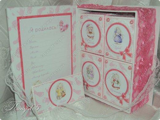 """Здравствуйте!  Представляю вам мою следующую работу - набор коробочек """"Мамины сокровища"""" для маленькой принцессы Виктории. Сделана она на заказ, но бумагу и отделку я выбрала сама, единственным пожеланием заказчицы был бело-розовый цвет. Основная коробка -  готовая, в виде книги, размер 17 на 13 на 5,5 см. На всё ушел ровно один лист скрапбумаги 30,5 на 30,5 см, обрезки остались ооочень маленькие, я из них цветочков мелких надыроколила. Бумага от Скрапмир коллекция """"Наша малышка"""" - """"Отпечатки"""". Названия коробочек - распечатка на матовой фотобумаге.  Как и всегда - у меня всё просто. фото 8"""