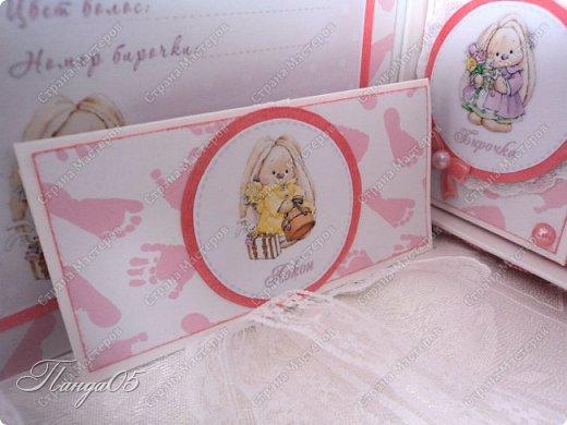 """Здравствуйте!  Представляю вам мою следующую работу - набор коробочек """"Мамины сокровища"""" для маленькой принцессы Виктории. Сделана она на заказ, но бумагу и отделку я выбрала сама, единственным пожеланием заказчицы был бело-розовый цвет. Основная коробка -  готовая, в виде книги, размер 17 на 13 на 5,5 см. На всё ушел ровно один лист скрапбумаги 30,5 на 30,5 см, обрезки остались ооочень маленькие, я из них цветочков мелких надыроколила. Бумага от Скрапмир коллекция """"Наша малышка"""" - """"Отпечатки"""". Названия коробочек - распечатка на матовой фотобумаге.  Как и всегда - у меня всё просто. фото 9"""
