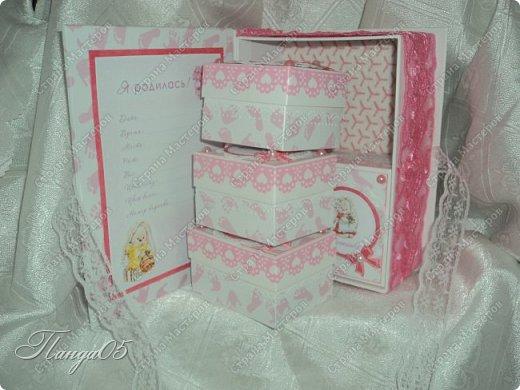 """Здравствуйте!  Представляю вам мою следующую работу - набор коробочек """"Мамины сокровища"""" для маленькой принцессы Виктории. Сделана она на заказ, но бумагу и отделку я выбрала сама, единственным пожеланием заказчицы был бело-розовый цвет. Основная коробка -  готовая, в виде книги, размер 17 на 13 на 5,5 см. На всё ушел ровно один лист скрапбумаги 30,5 на 30,5 см, обрезки остались ооочень маленькие, я из них цветочков мелких надыроколила. Бумага от Скрапмир коллекция """"Наша малышка"""" - """"Отпечатки"""". Названия коробочек - распечатка на матовой фотобумаге.  Как и всегда - у меня всё просто. фото 11"""