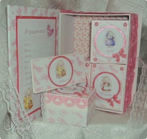 """Здравствуйте!  Представляю вам мою следующую работу - набор коробочек """"Мамины сокровища"""" для маленькой принцессы Виктории. Сделана она на заказ, но бумагу и отделку я выбрала сама, единственным пожеланием заказчицы был бело-розовый цвет. Основная коробка -  готовая, в виде книги, размер 17 на 13 на 5,5 см. На всё ушел ровно один лист скрапбумаги 30,5 на 30,5 см, обрезки остались ооочень маленькие, я из них цветочков мелких надыроколила. Бумага от Скрапмир коллекция """"Наша малышка"""" - """"Отпечатки"""". Названия коробочек - распечатка на матовой фотобумаге.  Как и всегда - у меня всё просто. фото 10"""