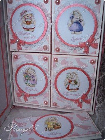 """Здравствуйте!  Представляю вам мою следующую работу - набор коробочек """"Мамины сокровища"""" для маленькой принцессы Виктории. Сделана она на заказ, но бумагу и отделку я выбрала сама, единственным пожеланием заказчицы был бело-розовый цвет. Основная коробка -  готовая, в виде книги, размер 17 на 13 на 5,5 см. На всё ушел ровно один лист скрапбумаги 30,5 на 30,5 см, обрезки остались ооочень маленькие, я из них цветочков мелких надыроколила. Бумага от Скрапмир коллекция """"Наша малышка"""" - """"Отпечатки"""". Названия коробочек - распечатка на матовой фотобумаге.  Как и всегда - у меня всё просто. фото 13"""