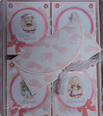 """Здравствуйте!  Представляю вам мою следующую работу - набор коробочек """"Мамины сокровища"""" для маленькой принцессы Виктории. Сделана она на заказ, но бумагу и отделку я выбрала сама, единственным пожеланием заказчицы был бело-розовый цвет. Основная коробка -  готовая, в виде книги, размер 17 на 13 на 5,5 см. На всё ушел ровно один лист скрапбумаги 30,5 на 30,5 см, обрезки остались ооочень маленькие, я из них цветочков мелких надыроколила. Бумага от Скрапмир коллекция """"Наша малышка"""" - """"Отпечатки"""". Названия коробочек - распечатка на матовой фотобумаге.  Как и всегда - у меня всё просто. фото 14"""