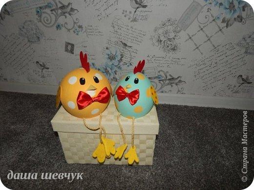 Вот такая пара цыплят из воздушных шариков и газеты получилась. Они у меня пасхальные! И так, надуваем шарик и ставим его на чашку, для удобства. Обклеиваем газетной бумагой, много- много слоев. Все должно высохнуть, и главное чтобы шарик не сдулся!!! Затем я шпаклевала, шкурила, снова шпаклевала, шкурила. Затем покраска (водоэмульсионая краска+гуашь). Глазки, гребешок и клюв из бархатной бумаги, зрачки - полубусины. Крылья из картона. А вот лапки - фетра нет, была салфетка для уборки, два слоя салфетки склеила, закрепила на шнуре. фото 3