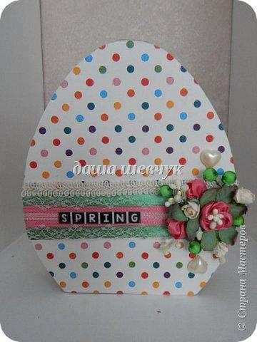 Многие идеи для декора были найдены на просторах интернета. Это коробка,которую я изготовила из картона, толщина 3 см. Крышку я декорировала салфеткой, кружевом, лентами, бусинами и цветочками. фото 1
